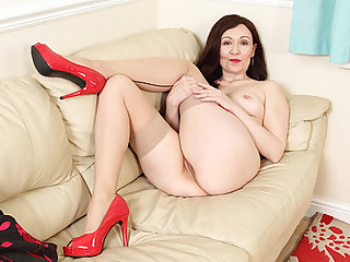 English milf Kitty Cream lets her fingers work their magic