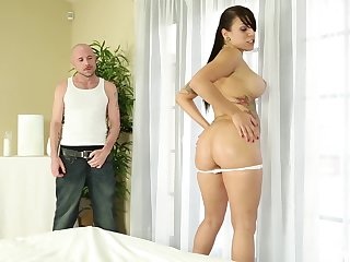 After she shows her naked body Tori Avano gets her pussy banged