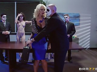 Blonde darling Courtney Taylor fucked in the nomination off out of one's mind two guys