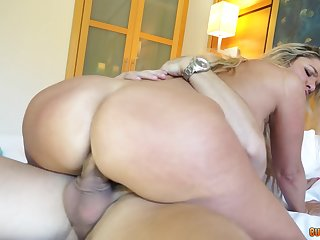 Bitch works magic with her thick bum cleft